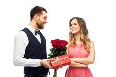 给妇女花和礼物的愉快的人 库存图片