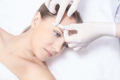 给妇女身体打蜡 糖头发撤除 激光服务epilation 沙龙蜡美容师做法 免版税库存照片