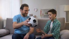 给孤儿男孩足球,梦想的殷勤微笑的志愿者实现 影视素材