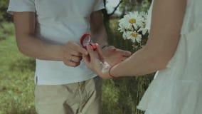 给定婚戒指的爱恋的人心爱的妇女 股票视频