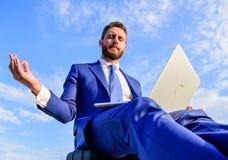 给客户的逗留正面回复 在网上工作可以是讨厌的 企业家发现分钟放松并且思考 通信 库存照片