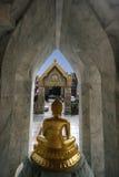 给寺庙装门 库存照片