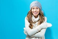 给愉快的冬天妇女年轻人穿衣 库存照片