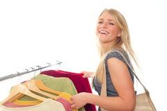 给愉快的存储妇女年轻人穿衣 免版税库存照片
