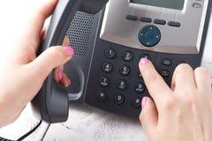 给拨号,联络和顾客服务概念打电话 所选的重点 库存图片