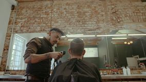 给时髦理发的理发师客户 股票录像