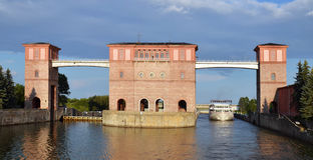 给河俄国水闸伏尔加河装门 免版税图库摄影