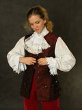 给法国老妇人穿衣 免版税库存照片