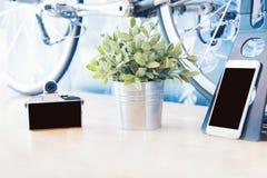 给流动mirrorless数字照相机和自行车新技术打电话都市城市生活方式的 库存照片