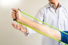给生理治疗师医生修复咨询的物理疗法行使与患者的治疗理疗的诊所的或 库存照片
