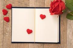 给礼物的贺卡概念和华伦泰的、周年、母亲节和生日惊奇 免版税库存照片