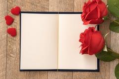 给礼物的贺卡概念和华伦泰的、周年、母亲节和生日惊奇 免版税库存图片