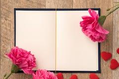 给礼物的贺卡概念和华伦泰的、周年、母亲节和生日惊奇 库存照片