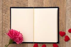 给礼物的贺卡概念和华伦泰的、周年、母亲节和生日惊奇 库存图片