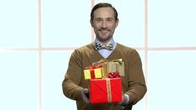 给礼物盒的典雅的人画象 股票视频