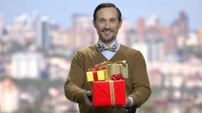 给礼物盒的典雅的人 影视素材