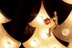 给礼物盒的木玩具坐与减速火箭的圣诞树 库存图片