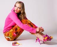 给穿衣的五颜六色的相当时髦的妇女 免版税库存照片