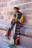 给穿衣的秘鲁少年传统 库存图片