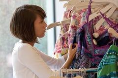 给穿衣的shoping的存储 免版税库存图片