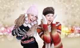 给笑相当二冬天的女孩穿衣 库存图片