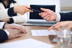 给笔的女商人准备好的商人签合同 成功通信在会议或交涉上 免版税库存照片