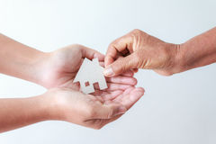 给纸牌房子的老妇人的手少妇metapho 库存图片