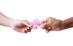 给纸牌房子的老妇人的手少妇metapho 免版税库存照片
