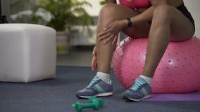 给腿加热的运动的少妇在解决前,体育活动开始 股票视频