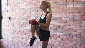 给腿肌肉加热的少妇 影视素材