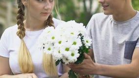 给花的害羞的男孩女孩,设法请求日期、拒绝和不可靠 股票录像