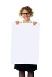 给董事会卷发的藏品妇女做广告 免版税库存图片