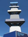 给蓝色董事会建筑空的天空做广告 库存照片