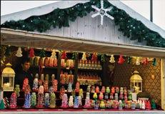 给蜡烛打蜡当在圣诞节义卖市场的礼物纪念品在维尔纽斯 免版税库存照片