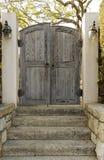 给被风化的木装门 免版税图库摄影