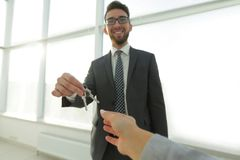 给议院钥匙的房地产经纪商人 库存照片