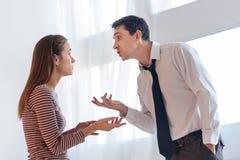 给论据的被激怒的恼怒的人他的情感妻子 免版税图库摄影