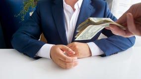 给贿款的人的特写镜头图象腐败的政客在办公室 免版税库存照片