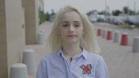 给赞许外面在街道的微笑的年轻企业家妇女- 股票录像