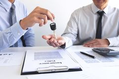 给钥匙的不动产销售经理顾客在签出租租约销售合同以后购买协议,有关 库存照片