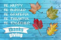 给问候与四叶子的感谢海报卡片在蓝色木头 库存照片