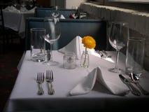 给餐馆设置表白色穿衣 库存照片
