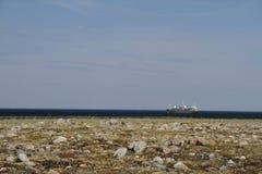 给驳船加油在离哈德森湾的附近海岸,在亚怀亚特附近 免版税图库摄影