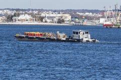 给驳船燃料人II横渡的Acushnet河加油 免版税库存照片