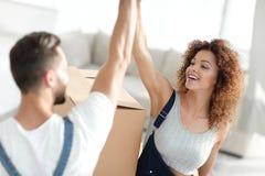 给高五的愉快和年轻夫妇 免版税图库摄影