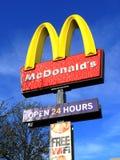 给麦克唐纳s符号做广告 免版税库存图片