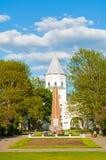 给Yaroslav ` s庭院塔和纪念碑装门给巨大爱国战争的英雄在Veliky诺夫哥罗德,俄罗斯 免版税库存照片