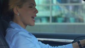 绝对唱喜爱的歌曲的快乐的女实业家在驾驶汽车期间 股票录像