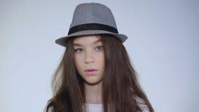 绝对有明亮的眼睛和微笑的愉快的女孩画象  迟缓地 股票录像