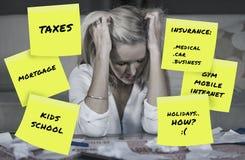 绝望和沮丧的白肤金发的白种人家庭本地女人会计担心金钱缴纳税计算的费用 免版税库存图片